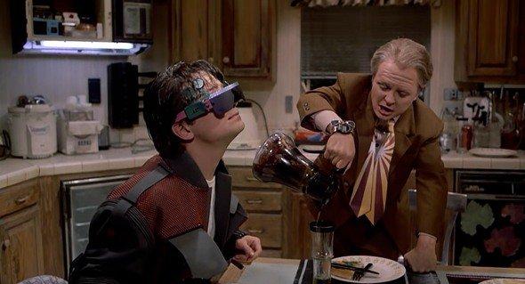 Le fils de Marty regarde un film grâce à des lunettes de réalité virtuelle
