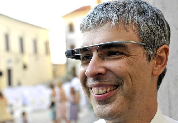 Larry Page, co-fondateur de Google porte des Google Glass tout sourire en 2014