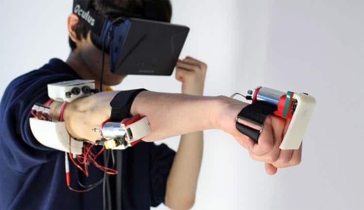 Un utilisateur équipé sur son bras du dispositif Impacto capable de faire ressentir un impact physique à partir de la réalité virtuelle