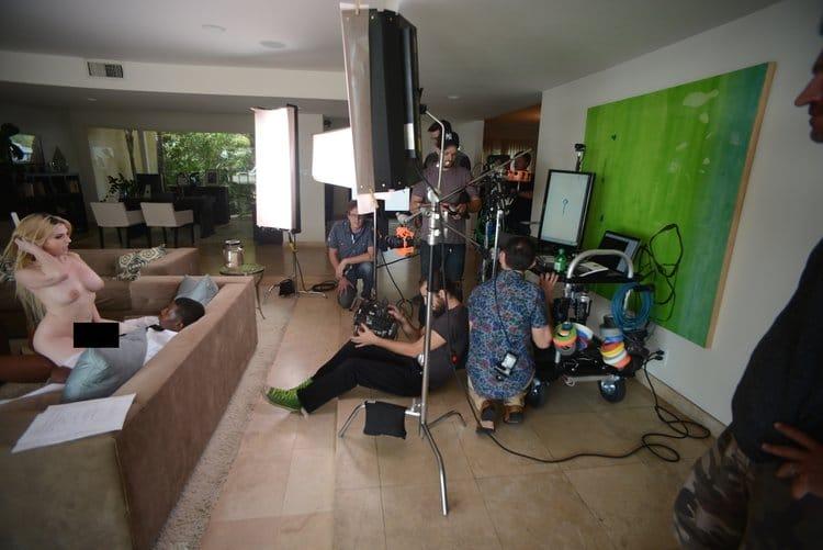 L'équipe de production tourne la scène principale dans le salon