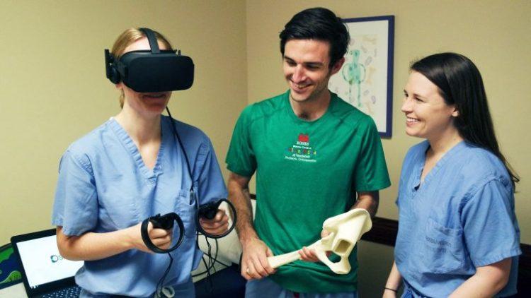 étudiants chirurgiens entraînement réalité virtuelle