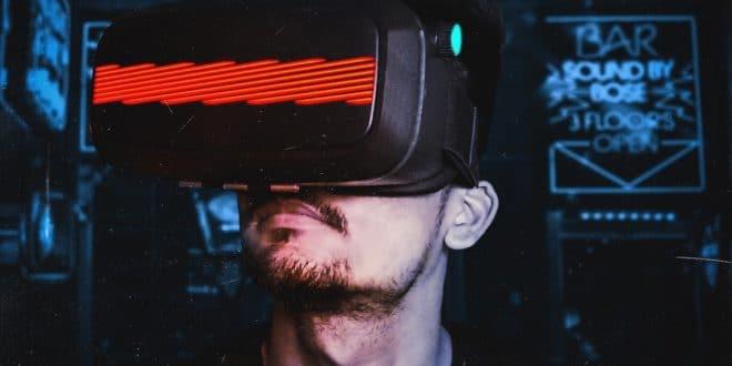 homme avec casque VR et grosse barre rouge au milieu