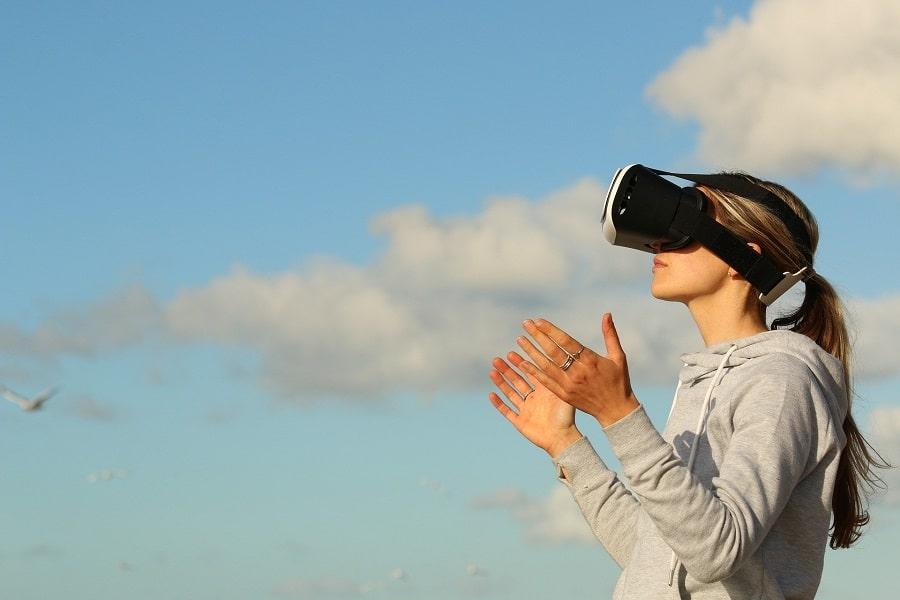 dame avec casque VR en extérieur