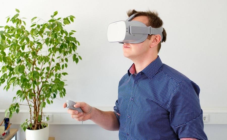 vieux bonhomme avec oculus go