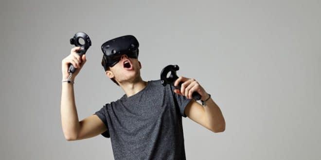 homme avec casque HTC Vive étonné