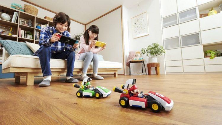 enfants jouant à Mario Kart live home circuit