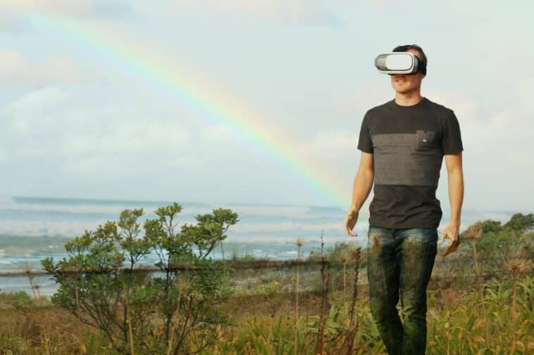 Un homme avec un casque VR dans la nature