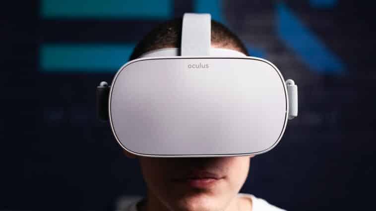 nouvelles données sur la RA - un homme avec un casque VR blanc Oculus